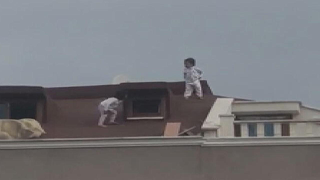 İki küçük çocuk çatıda böyle görüntülendi