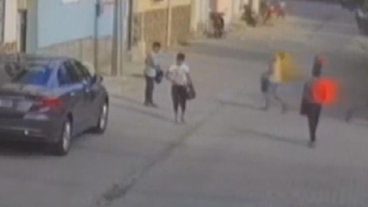 Çocuklar sokak sokak gezip çöp topladı