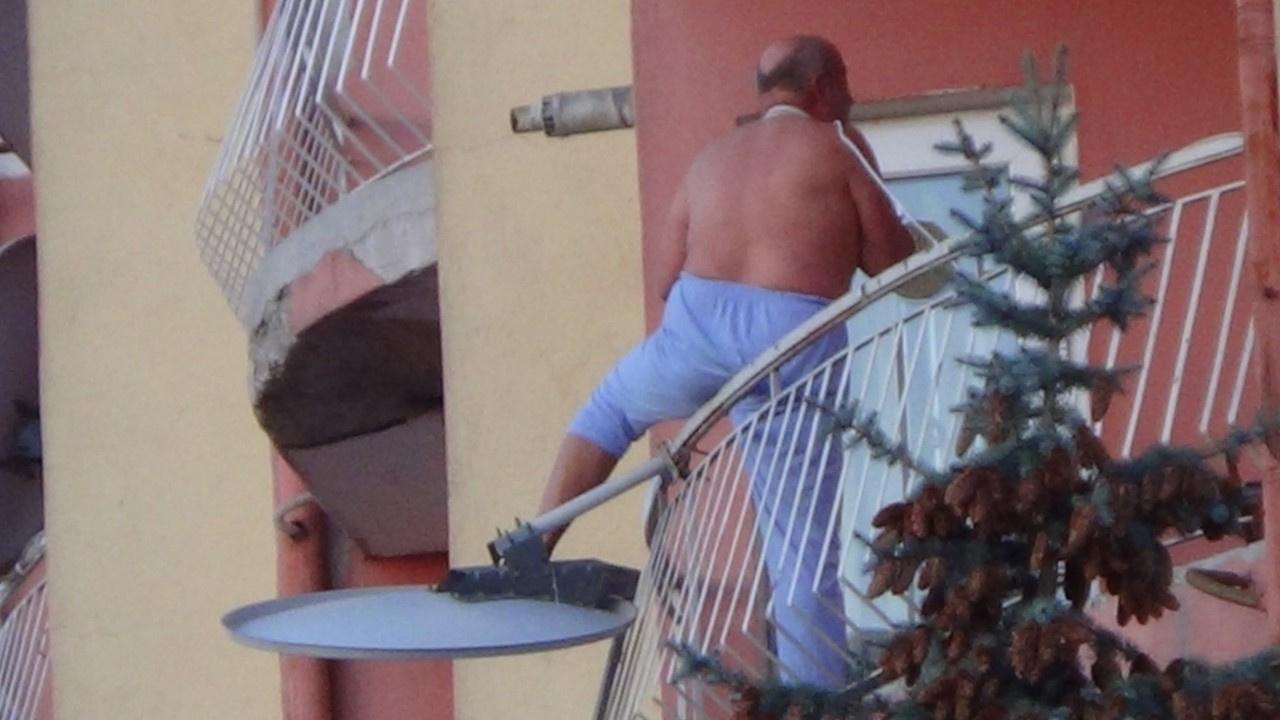 Boğazına kablo bağlayıp balkondan atlamaya çalıştı