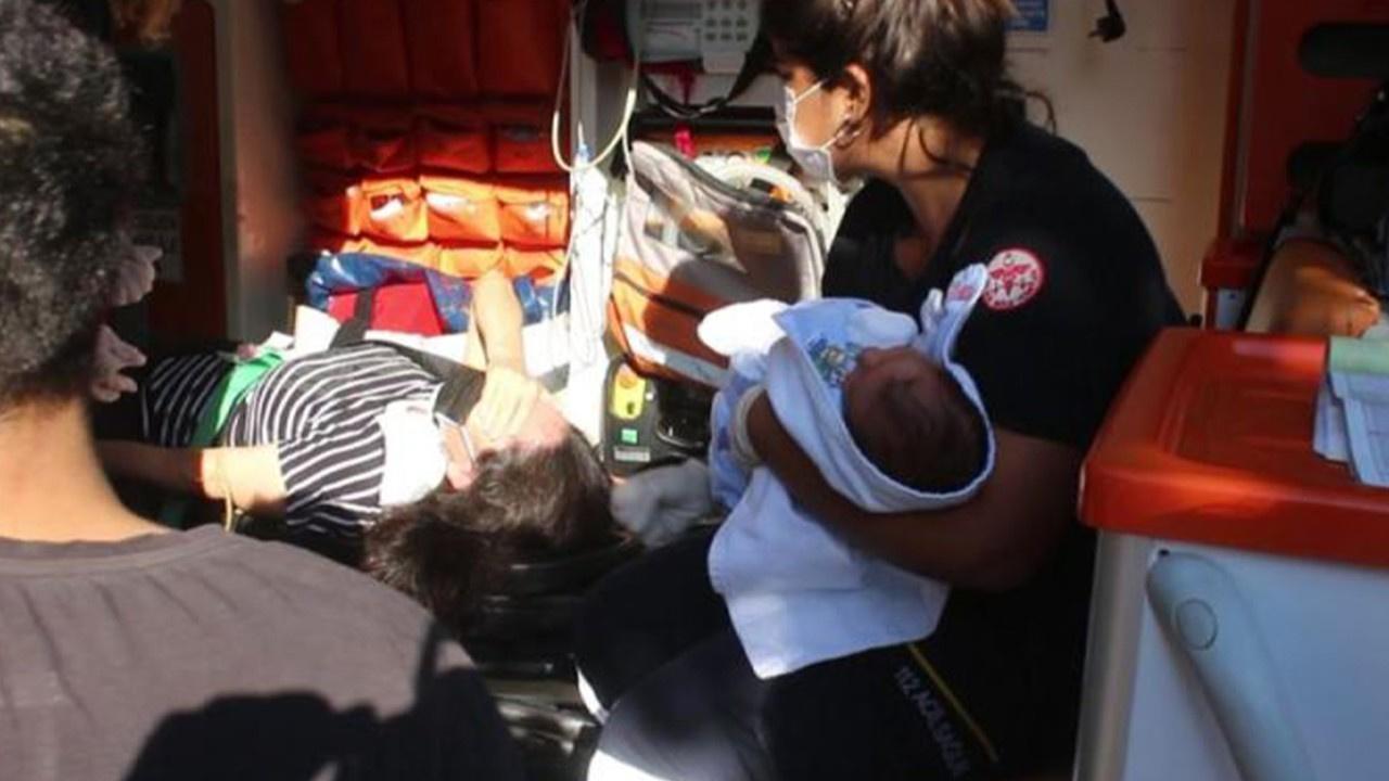 Otomobildeki anne ile bebeği yaralandı