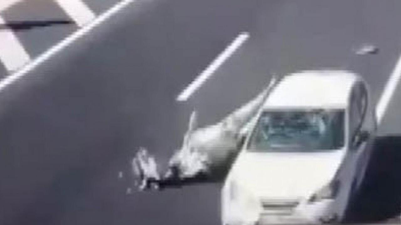 Otoyoldaki ineğe otomobil böyle çarptı
