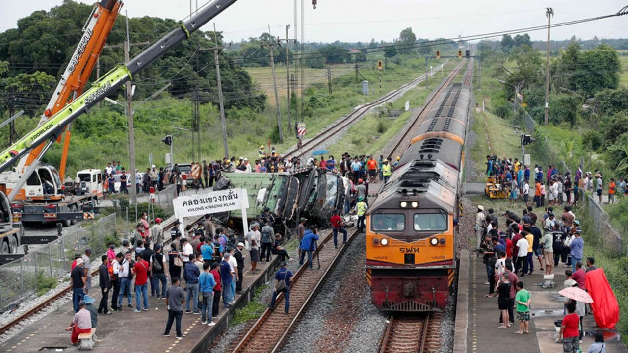 Otobüsle tren çarpıştı: 20 ölü 29 yaralı
