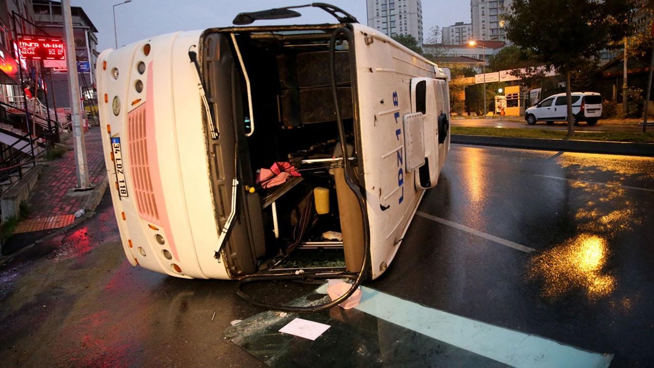 İstanbul'da servis aracı devrildi!