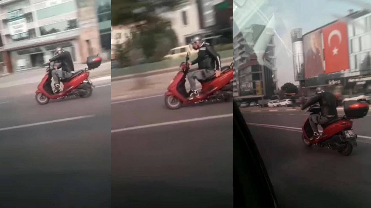 Trafikte ilginç anlar! Motosikletini kamçıladı...