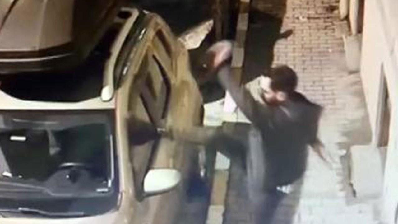 Alkollü genç cipe tekmelerle saldırdı!