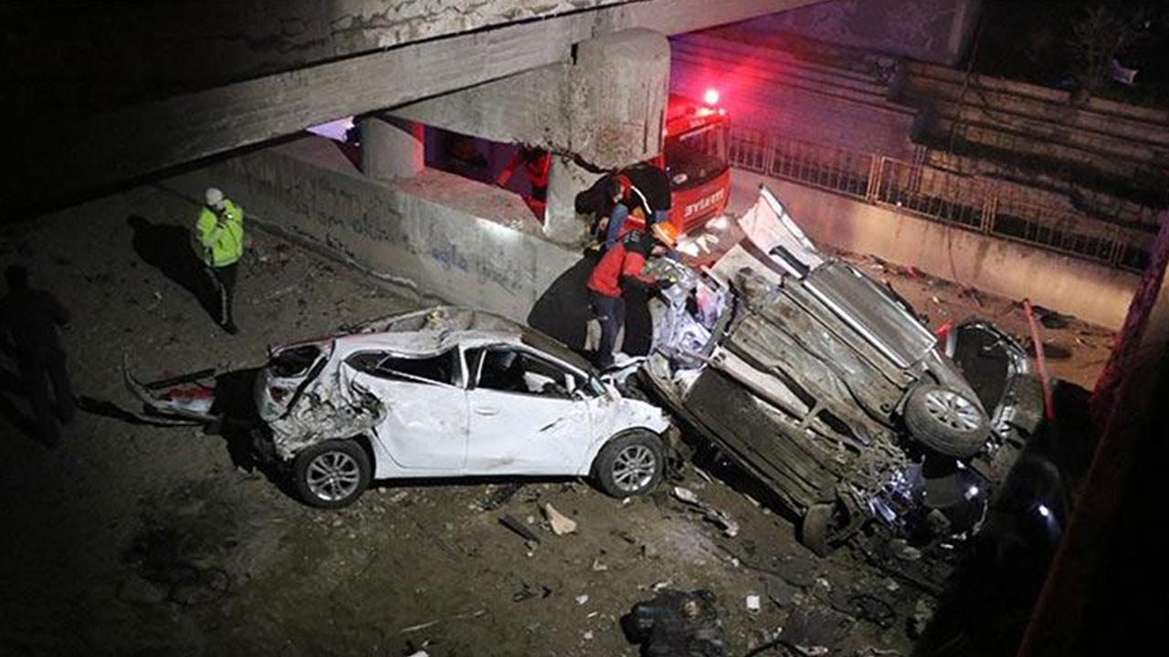 2 otomobil 4 metrelik köprüden aşağı uçtu