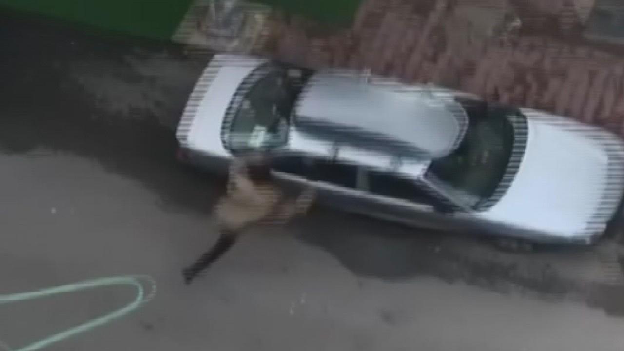 Otomobillerin camını kırdı