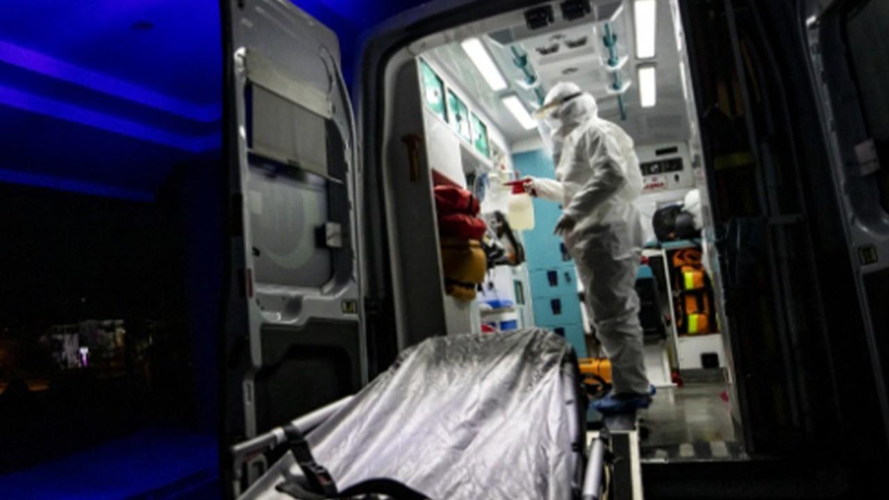 Ambulansa alınmayınca sağlık ekibine saldırdı