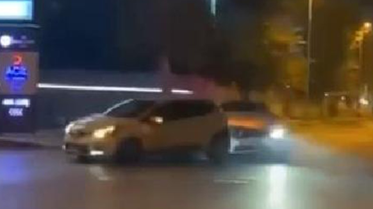Bakırköy'de şakalaşan gençlerin kaza anı kamerada