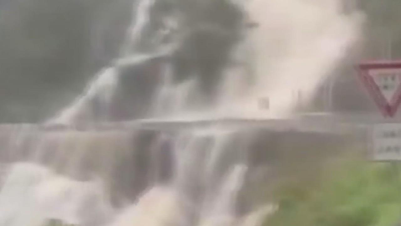 Sağanak yağışlar nedeniyle şelale oto yola aktı