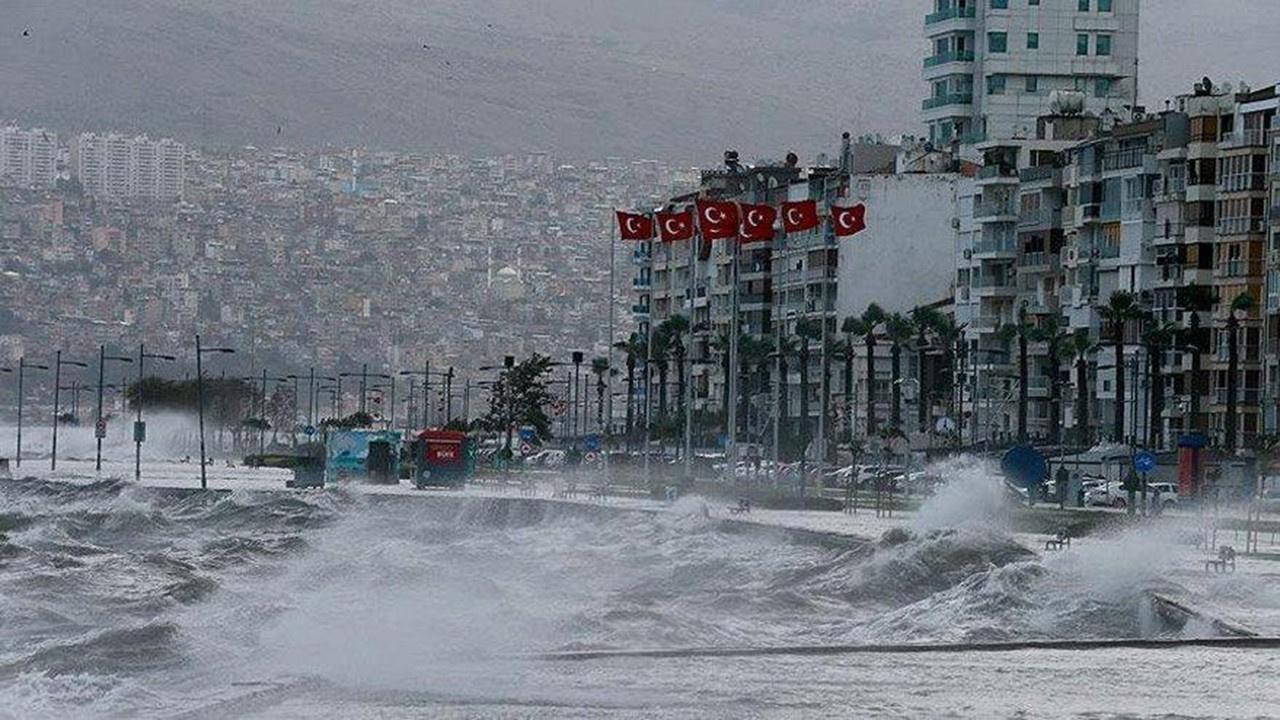 İzmir'de 5 tekne battı
