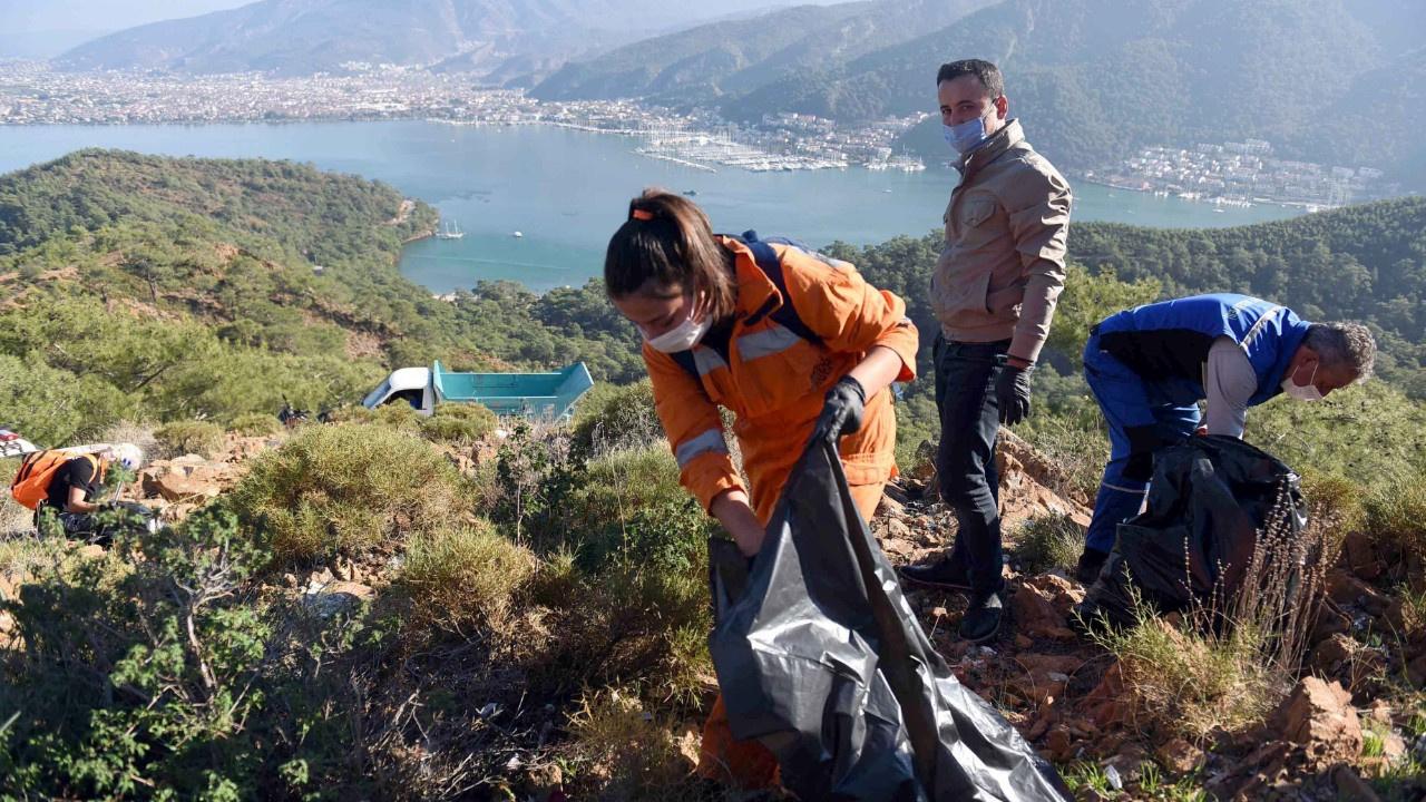 Gönüllüler 3 saatte 5 ton çöp topladı
