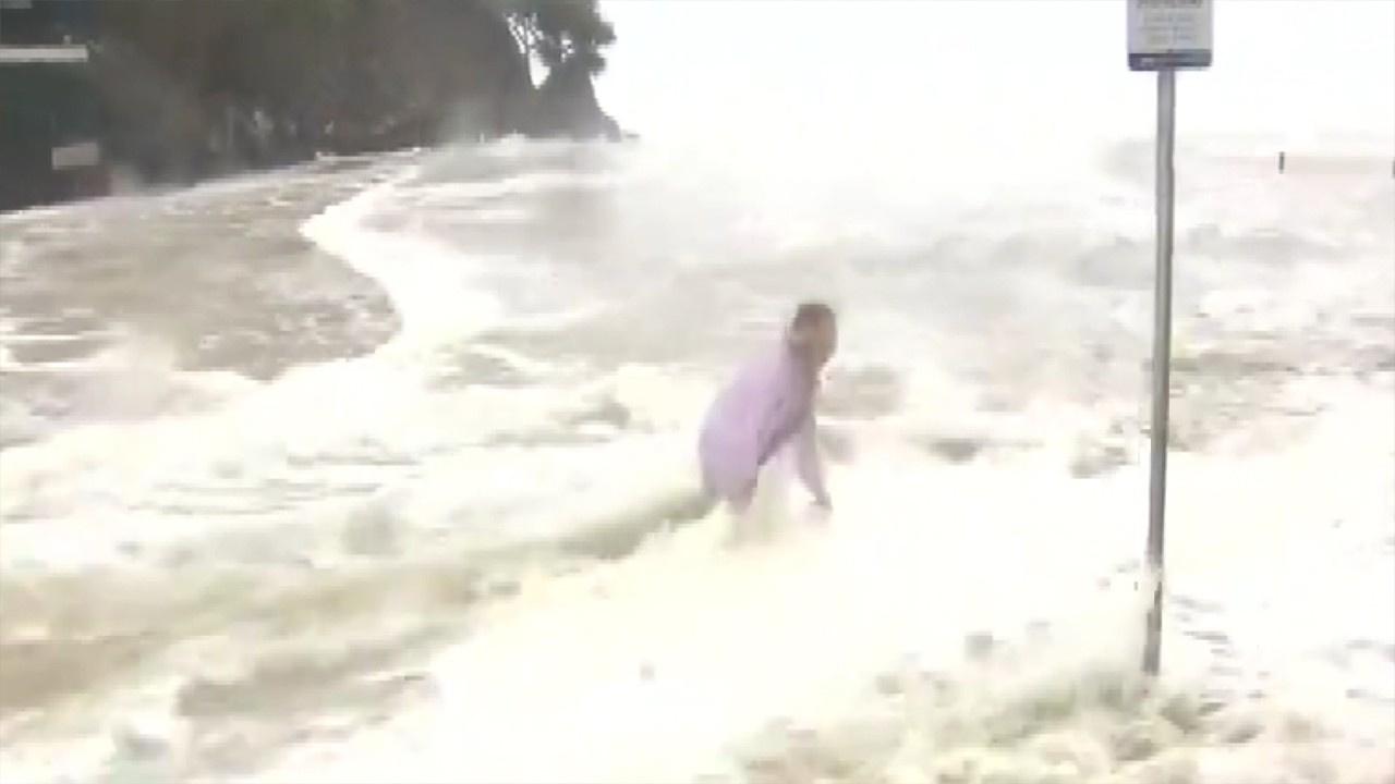 Bira fıçılarını kurtarmak için sel sularına daldı