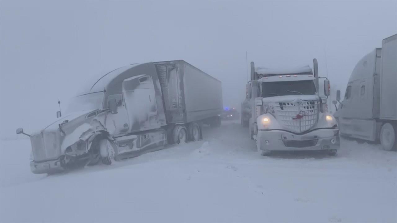 Kar fırtınası nedeniyle tırlar yollarda kaldı