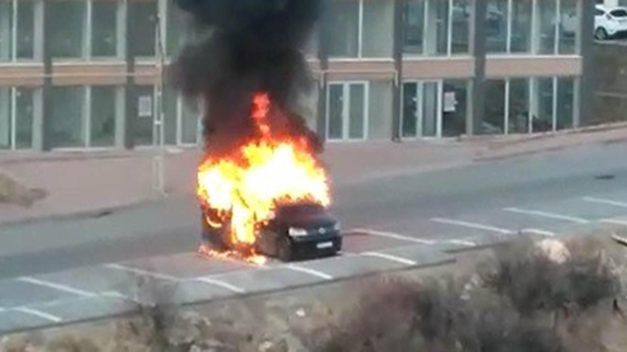 Park halindeki araç alev aldı: İçinde 3 kişi vardı