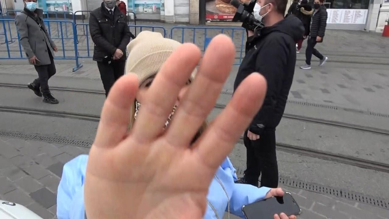 Kadın turist gazeteciye saldırdı!