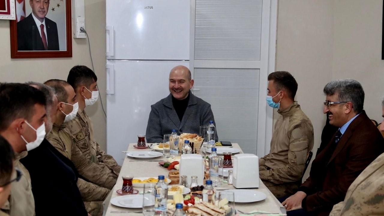 İçişleri Bakanı, ilk kahvaltısını askerlerle yaptı