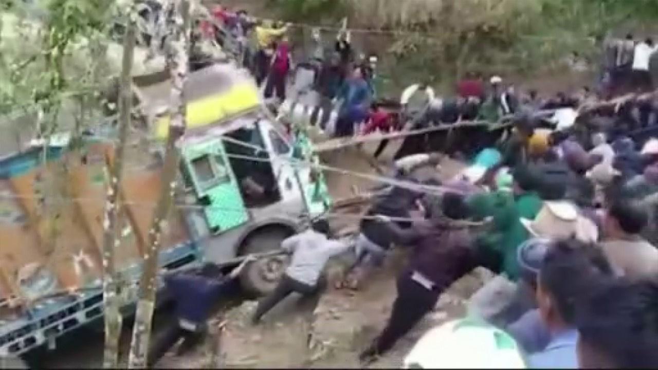 Yüzlerce kişi kamyonu kurtarmak için seferber oldu