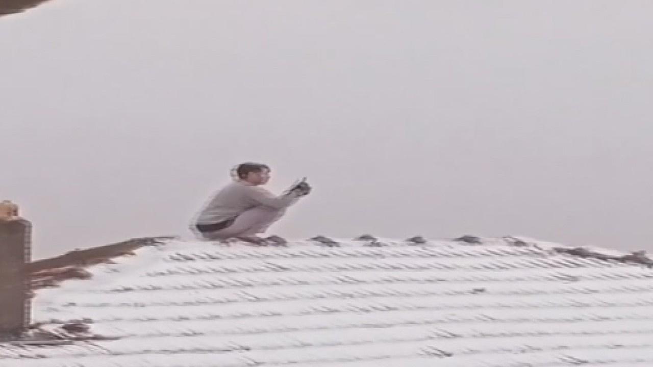 Kar fotoğrafı çekeceğim diye çatıya çıktı!