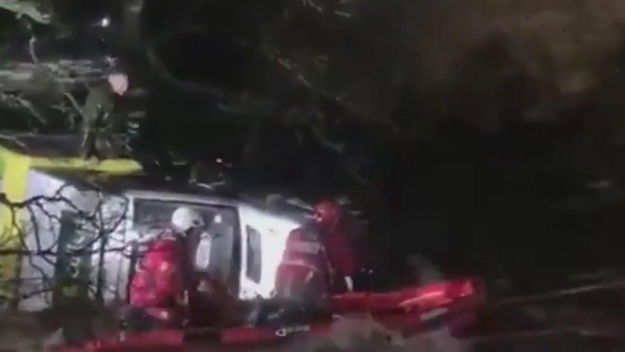 Nehre düşen kamyonetin sürücüsü böyle kurtarıldı