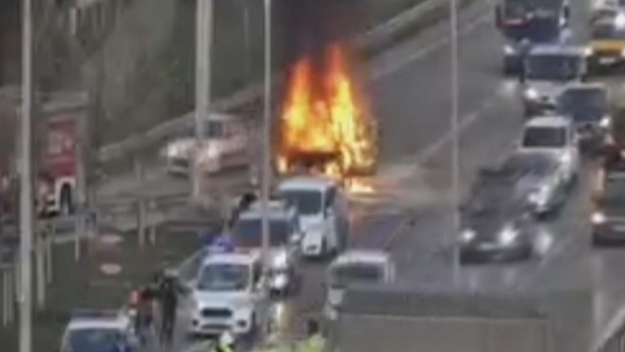 Maltepe D-100'de otomobil alev alev yandı