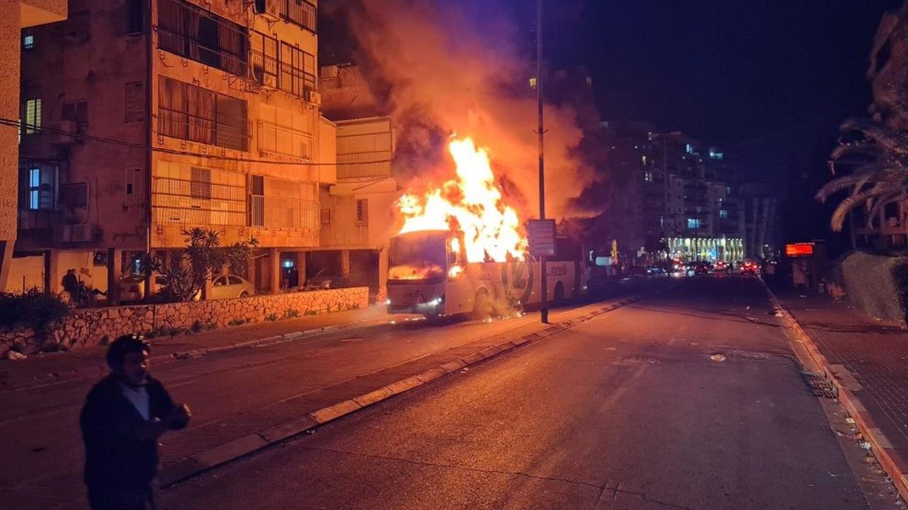 Tedbirlerine karşı çıkıp, otobüsü ateşe verdiler!