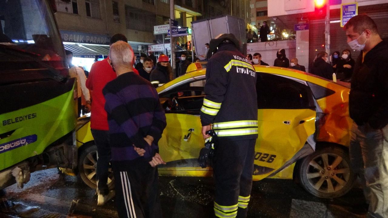 Halk otobüsü ile taksi çarpıştı: Yaralılar var