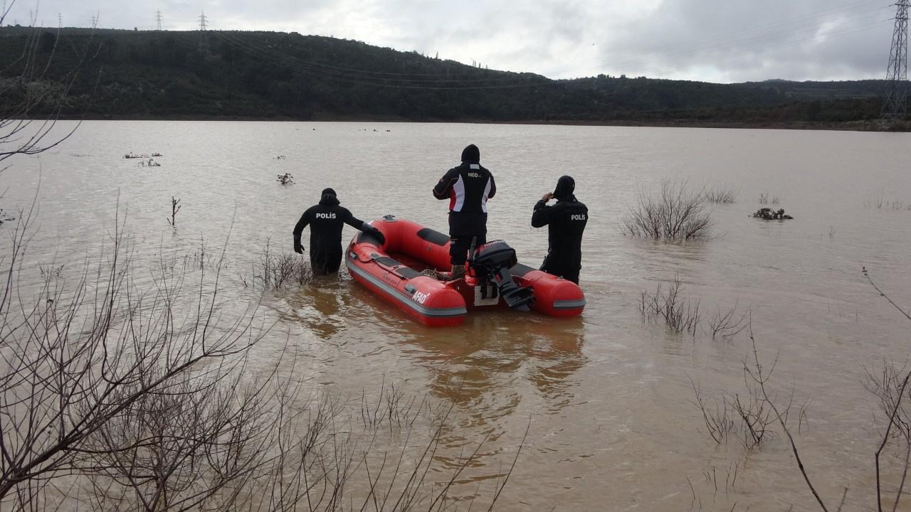 Ayvacık'ta bir araç gölete düştü: 2 kişi aranıyor