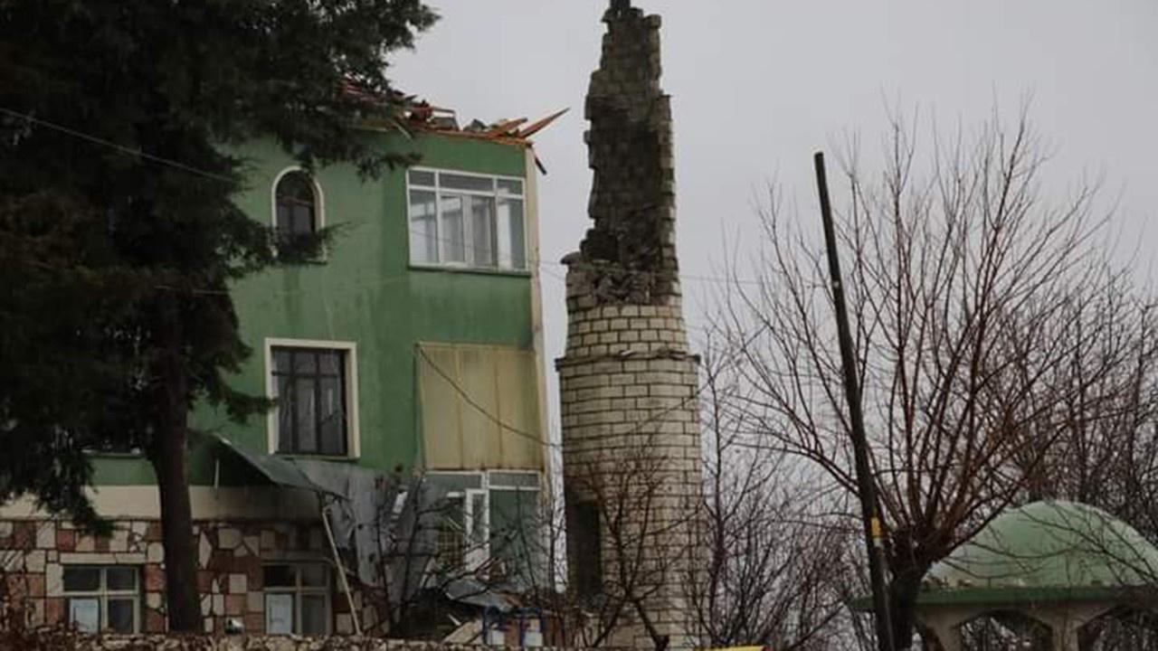 Caminin minaresine yıldırım düştü, yıkıldı