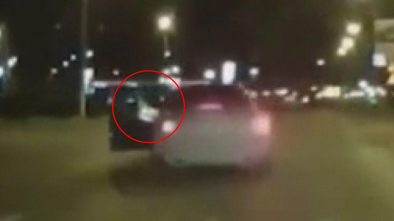 Polis hareket halindeki aracın içine atladı