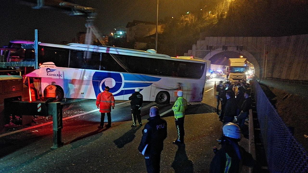 Yolcu otobüsü viyadükte asılı kaldı