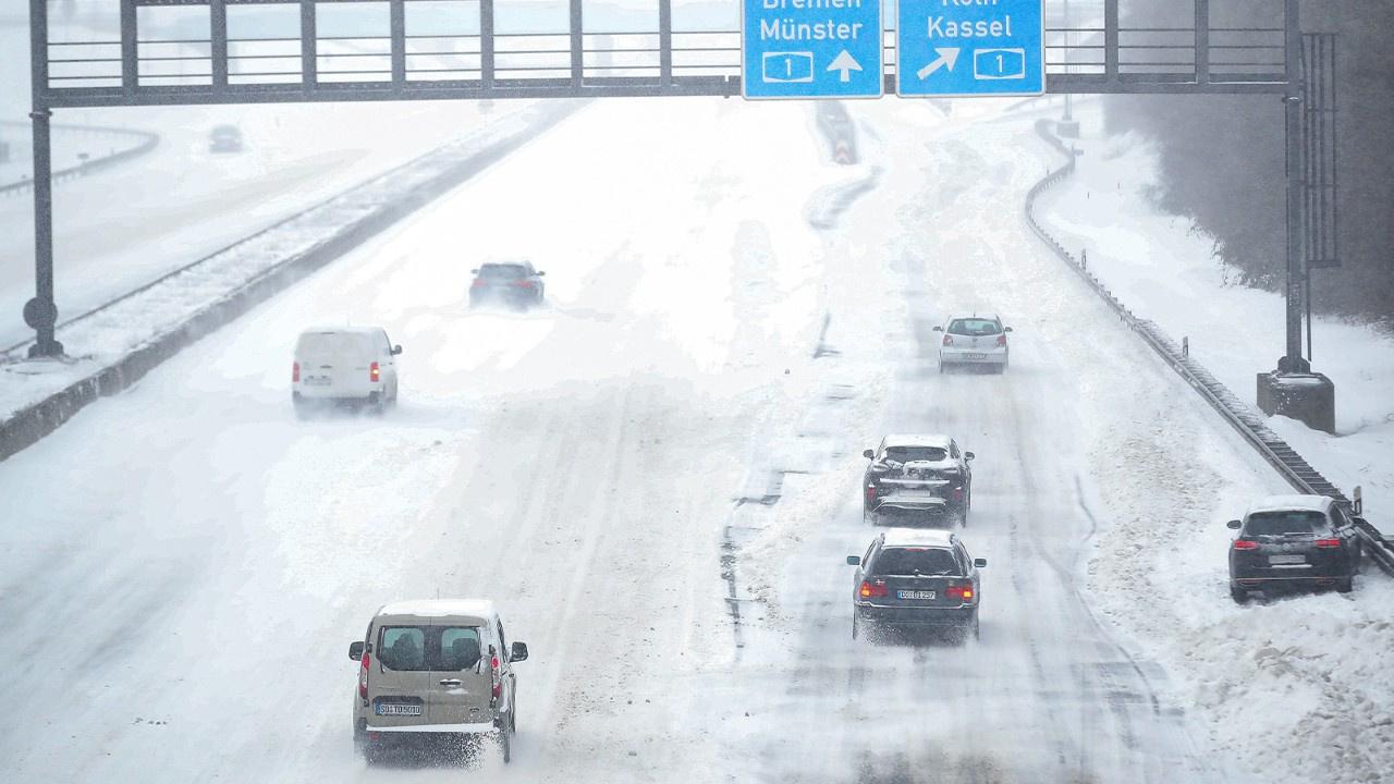 Buzlanma nedeniyle yüzlerce araç yolda kaldı