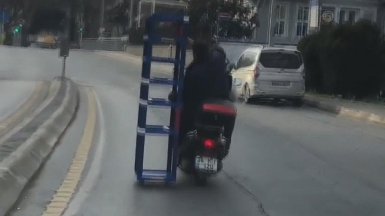 Kadıköy'de motosiklet üzerinde tehlikeli yolculuk
