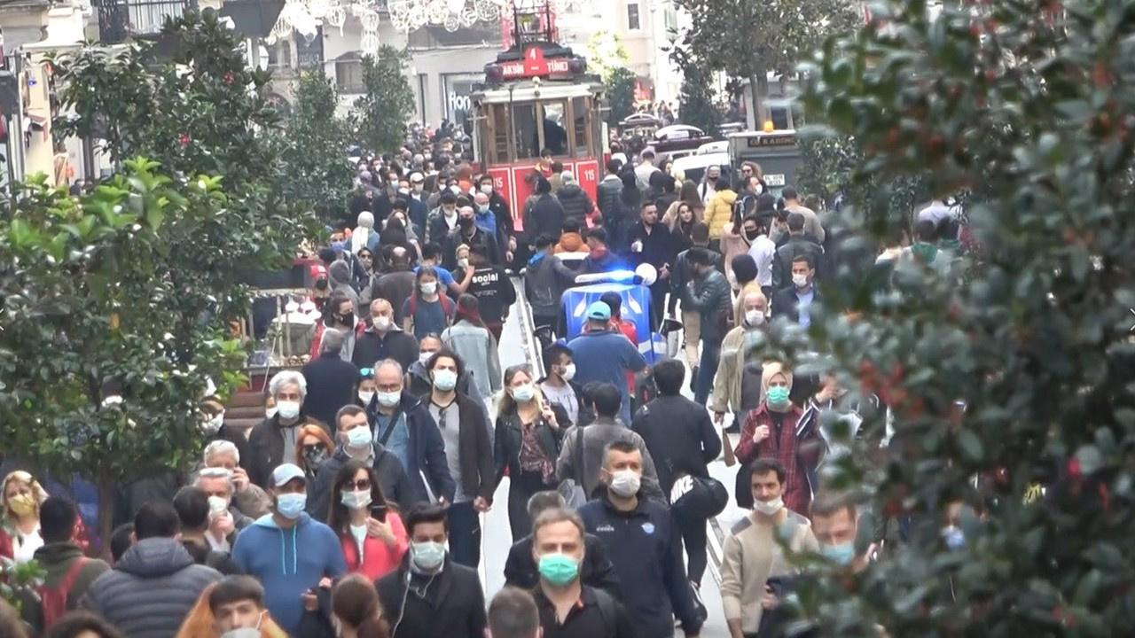 İstiklal Caddesi'nde ne korona ne de sosyal mesafe