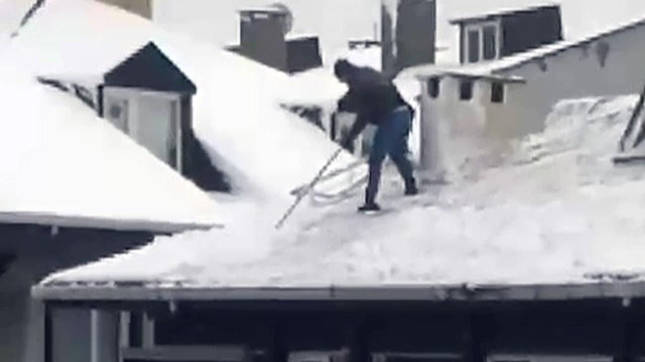 Çatıda tehlikeli kar temizleme anı!