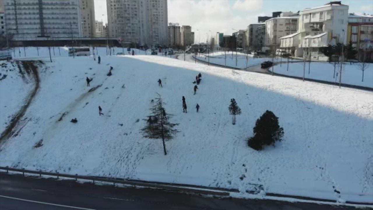 Çocukların karda tehlikeli oyunu