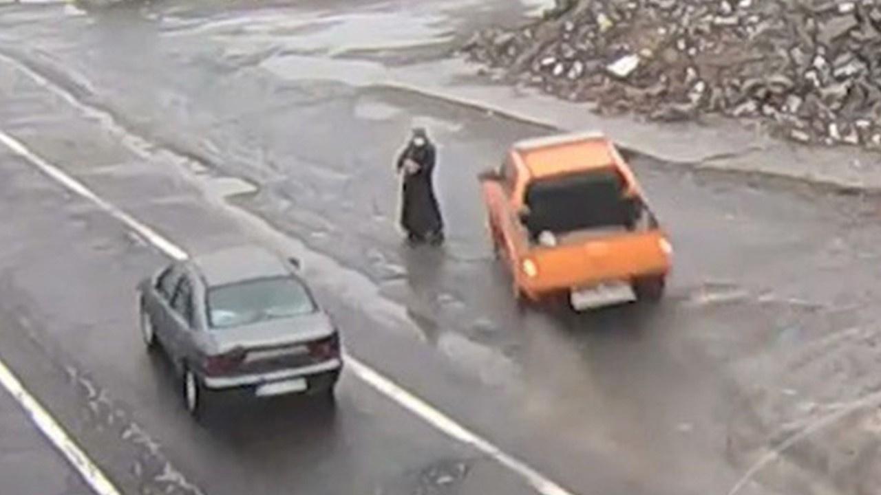 Yol kenarındaki kadın son anda kurtuldu!