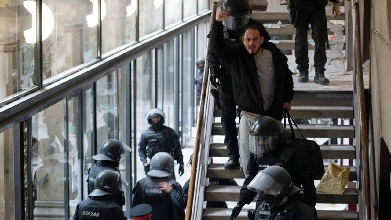 Ünlü rapçi tutuklandı, sokağa döküldüler