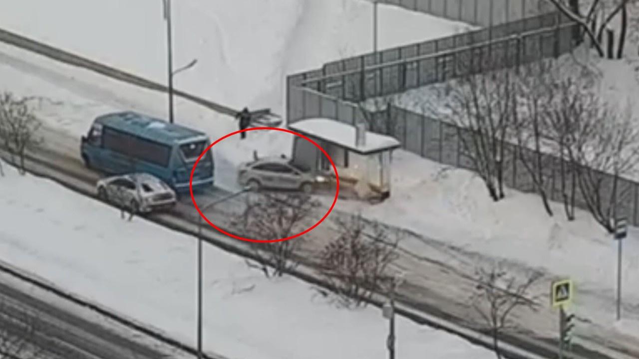 Karda kayan araç duraktaki yayaya böyle çarptı
