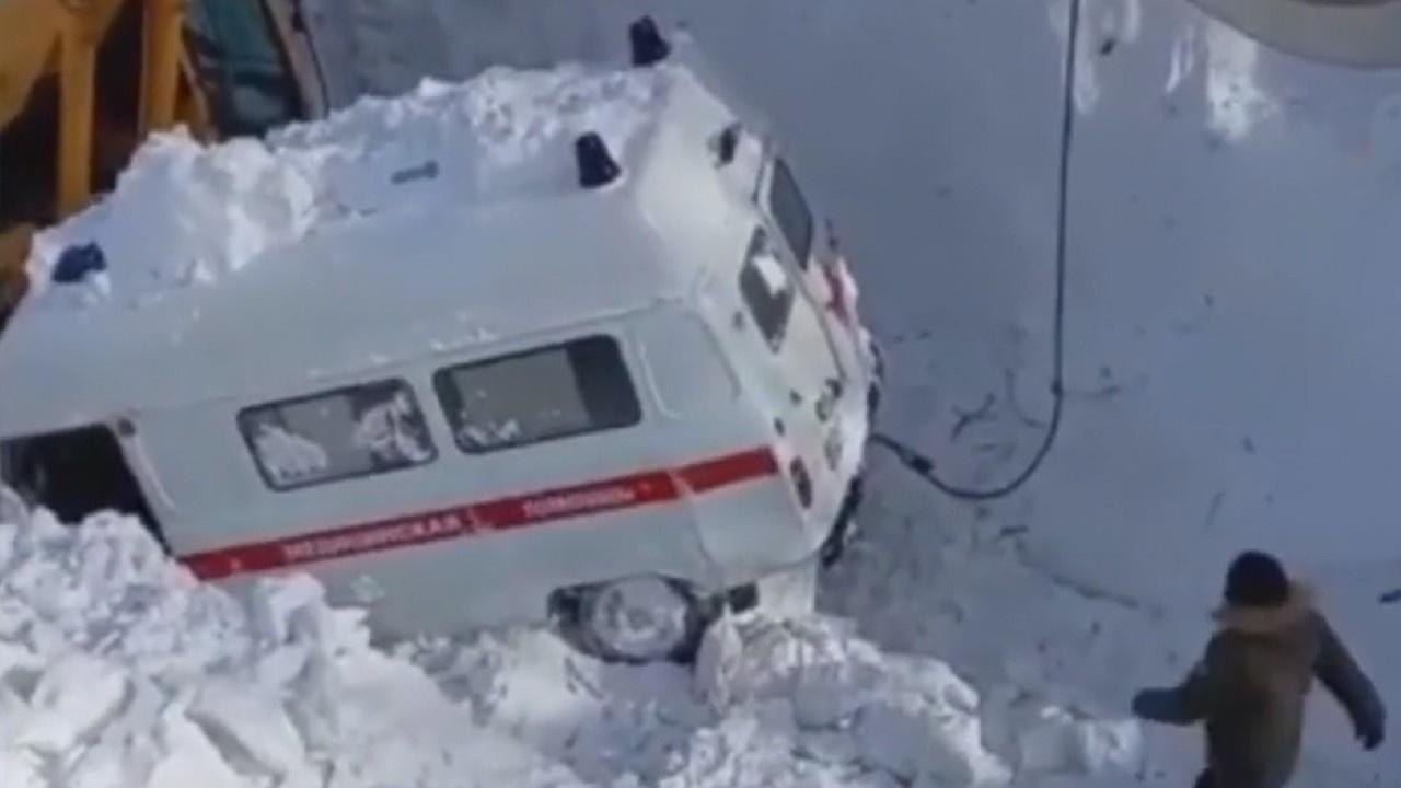 Hasta almaya giden ambulansın üzerine çığ düştü