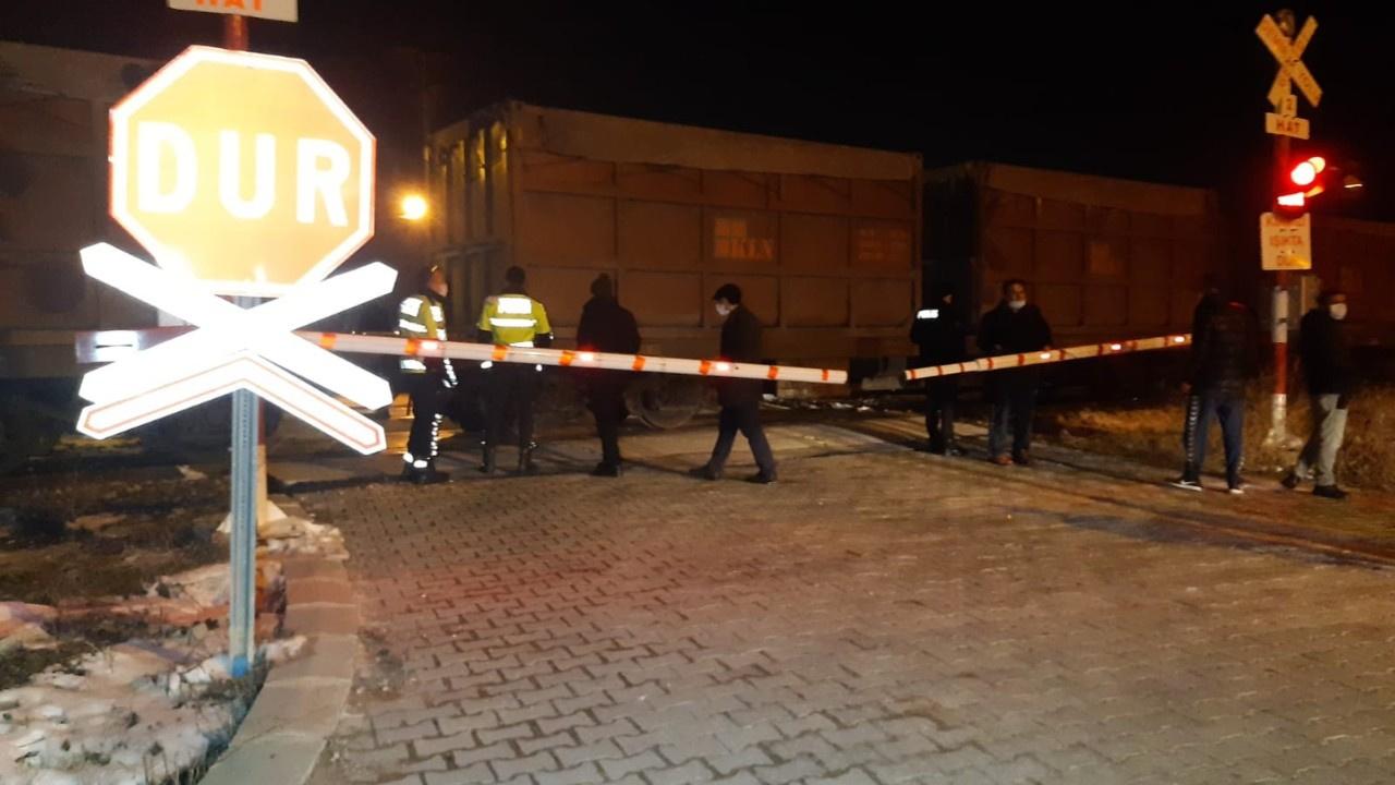 Hemzemin geçitte facia: Tren otomobile çarptı