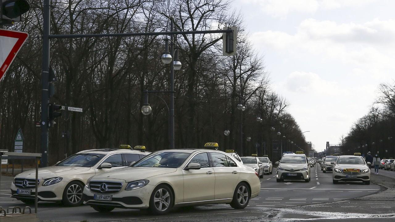 Berlin'de taksicilerden yasa protestosu
