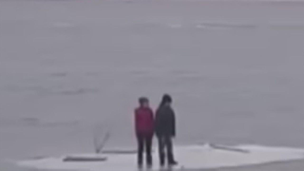 Buzulun üzerinde sürüklenen çocuklar kurtardı