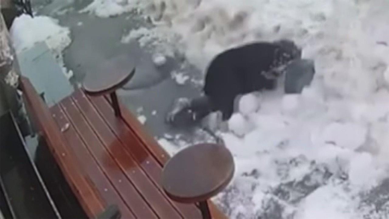 Yolda yürürken başına buz kütlesi düştü
