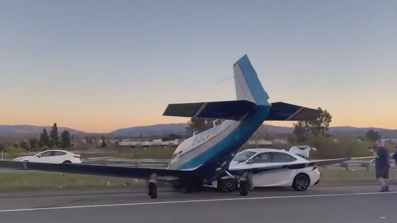 Arıza yapan uçak seyir halindeki otomobile çarptı