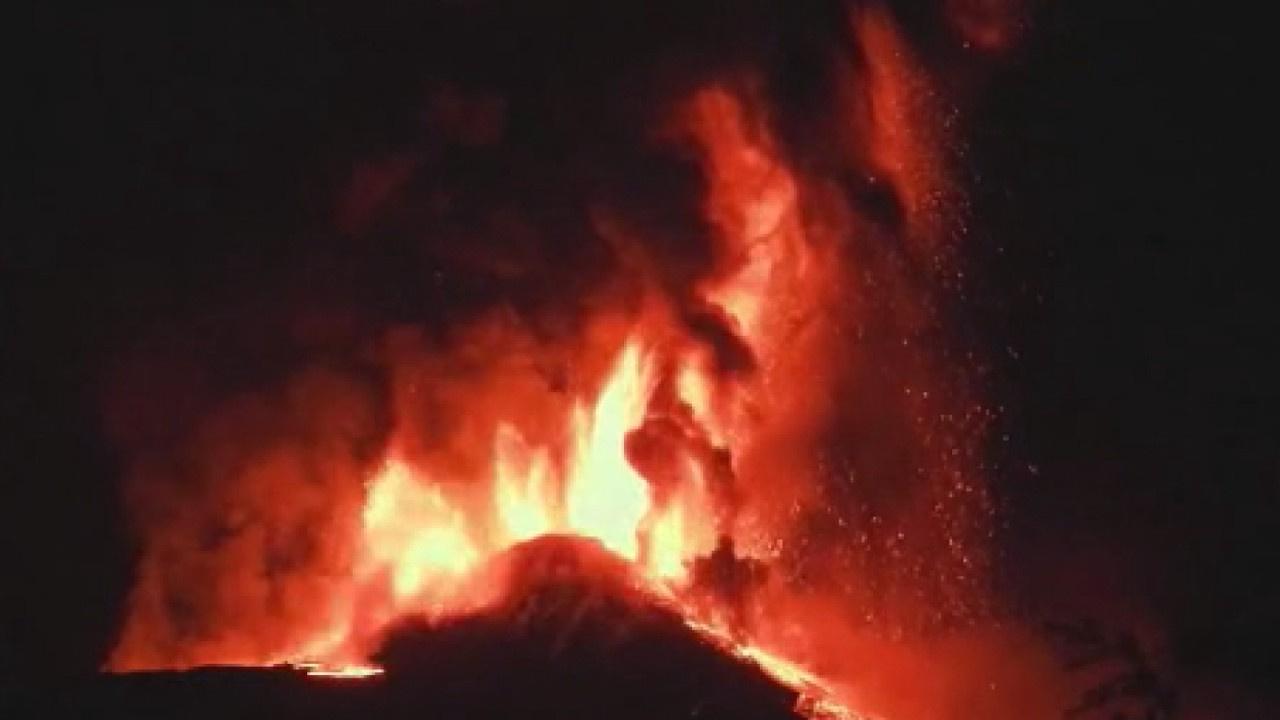 Yanardağ püskürttüğü lavlarla geceyi aydınlattı