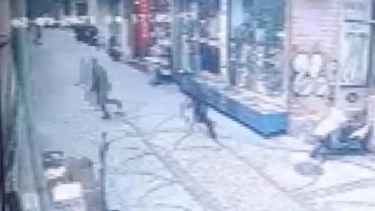 Silahlı saldırı ve saldırgana darp anı kamerada