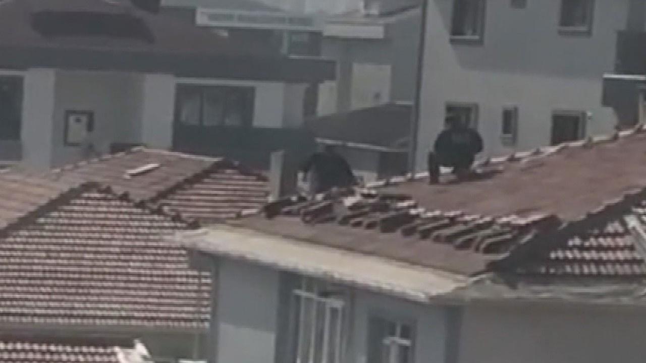 Çatıda çalışan işçilerin aldığı tehlikeli önlem