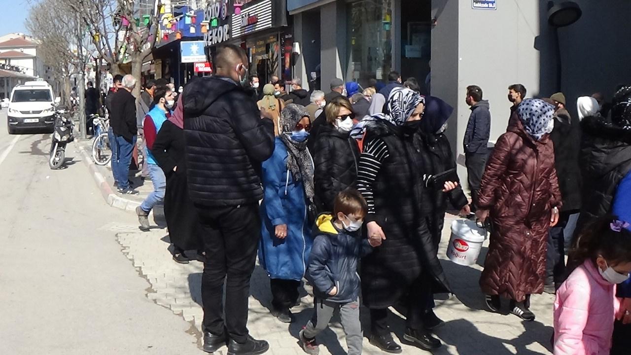 Banka ve caddelerde korkutan kalabalık