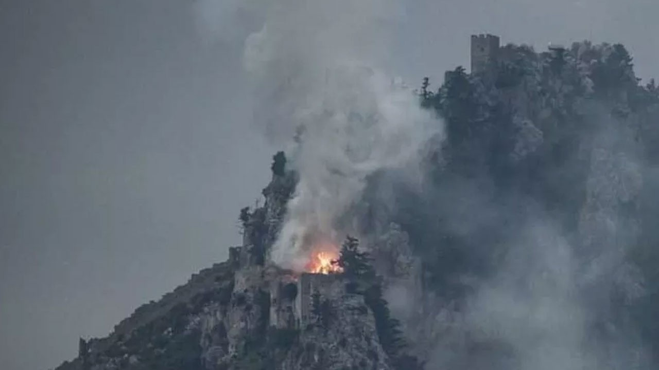 Tarihi kale cayır cayır yanıyor